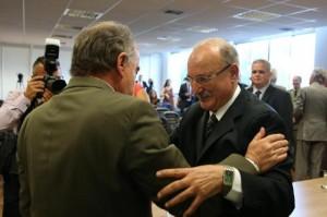 Jacini recebe os cumprimentos do ex-secretário Airton Michels Foto: Fernando Gomes / Agencia RBS