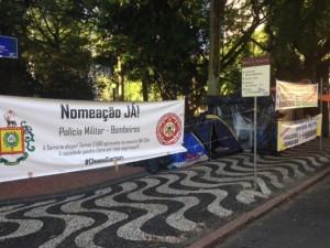 Grupo de concursados está acampado em frente ao Piratini e cobra chamada Foto: Cleidi Pereira / Agência RBS