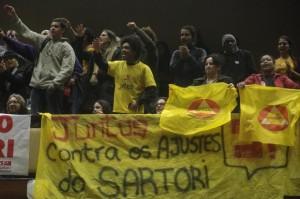 Durante a votação do orçamento, na terça-feira, servidores protestaram na Assembleia contra ajustes Foto: Ricardo Duarte  / Agencia RBS