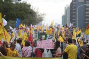 Servidores protestaram contra o parcelamento de salários há uma semana em frente ao Palácio Piratini, na Capital Foto: Ricardo Duarte / Agencia RBS