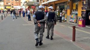 No Centro da Capital, policiais da Acadepol estão nas ruas nesta segunda-feira Foto: Maria Eduarda Fortuna  / Gaúcha