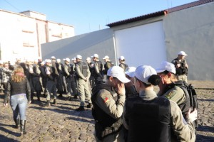 Policiais se abalaram emocionalmente com a situação Foto: Maiara Bersch / Agência RBS
