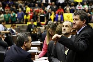 Líder do governo, Alexandre Postal (esquerda), tentou convencer colegas a aprovarem o texto Foto: Mateus Bruxel / Agencia RBS
