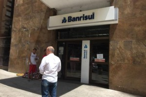 Aristeu Vieira (na foto, de costas), aposentado há cinco anos pela Brigada Militar, descobriu que não poderia receber a quantia referente ao 13º salário porque estaria em litígio judicial com o banco Foto: Cadu Caldas / Agencia RBS