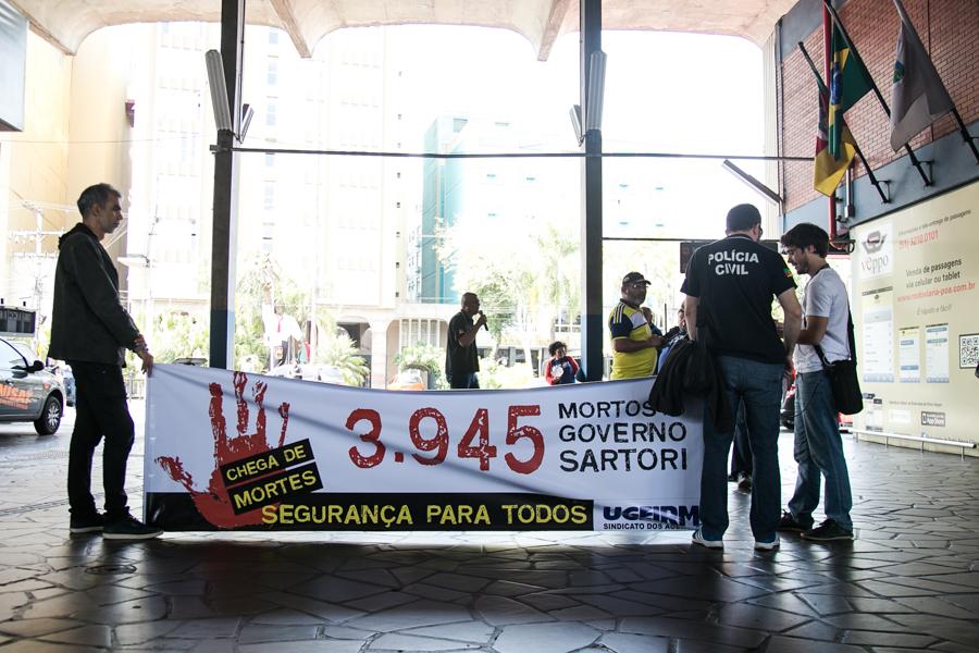 23/09/2016 - PORTO ALEGRE, RS - Servidores realizam ato na rodoviária pedindo mais segurança. Foto: Maia Rubim/Sul21
